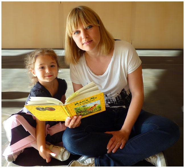 Kasia czyta dzieciom