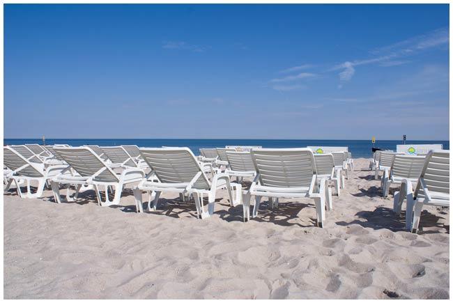 Leżaki na hotelowej plaży