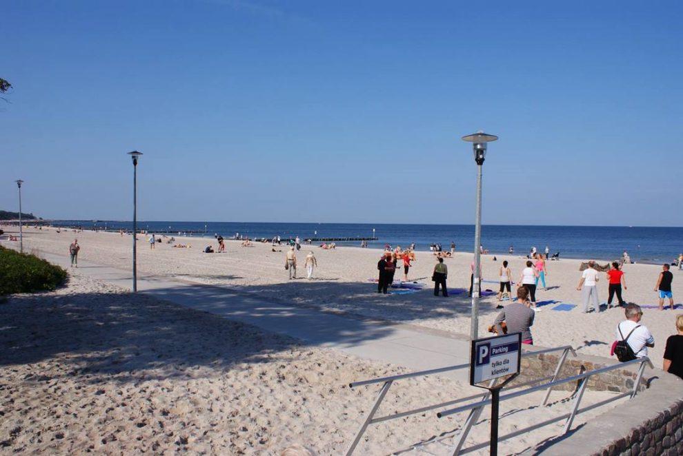 Ćwiczenia na plaży latem