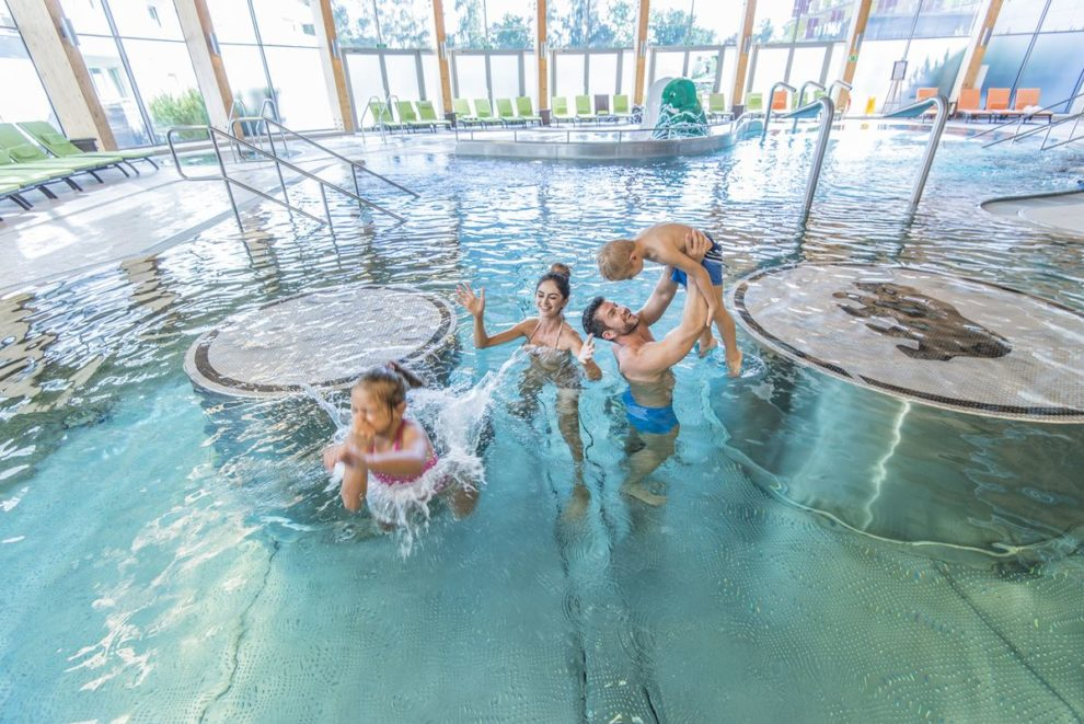 dzieci z rodzicami na basenie