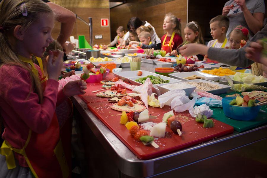 w kuchni z dziećmi