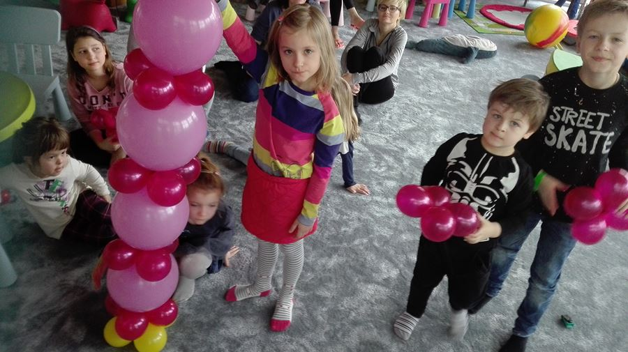dzieci uczą się podczas ferii