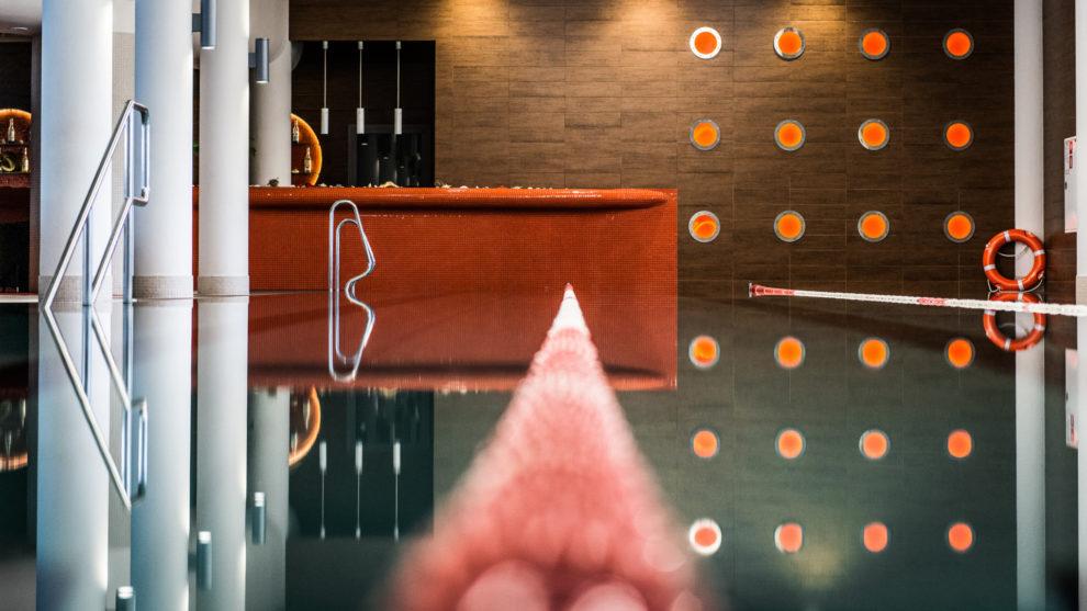 Basen pływacki - widok na bar basenowy