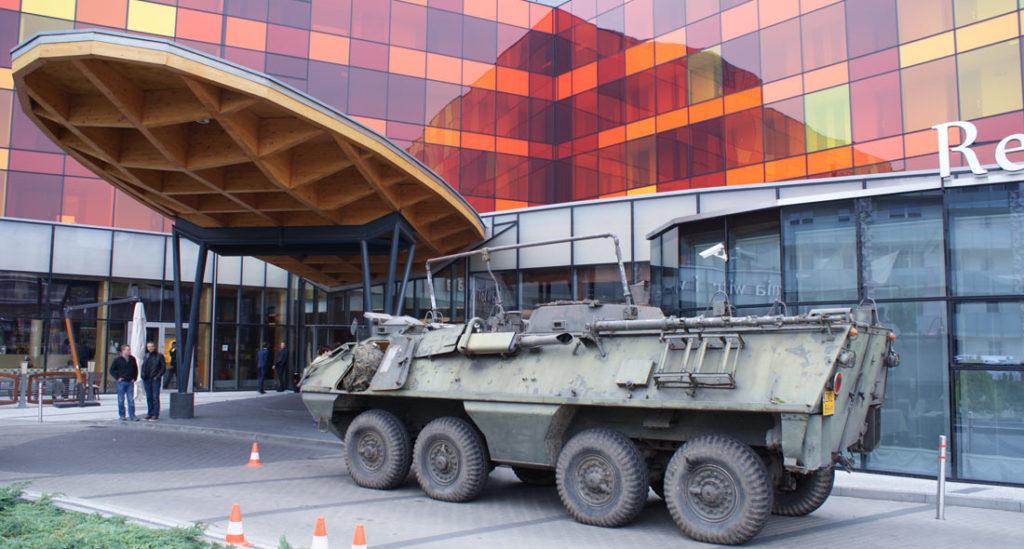 czołg przed hotelem