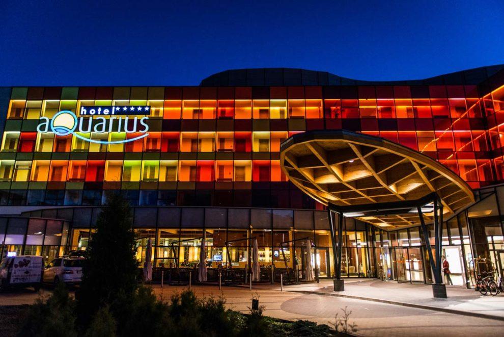 hotel Aquarius SPA o zmroku z boku