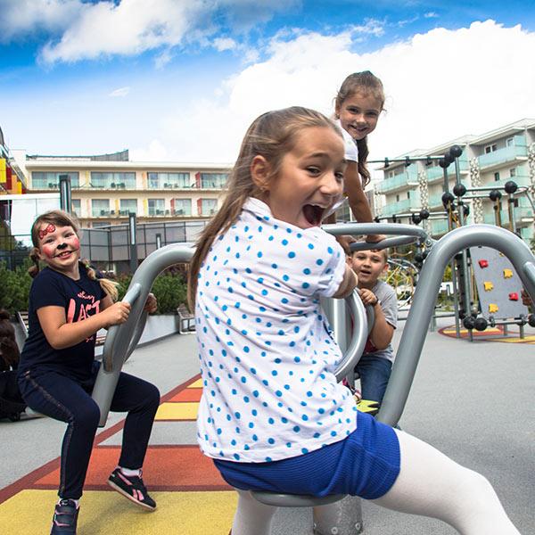 plac zabaw dla dzieci w hotelowym ogrodzie