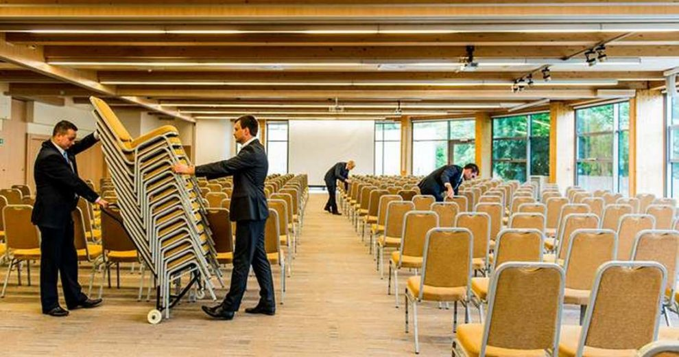 ustawienie krzeseł w sali konferencyjnej