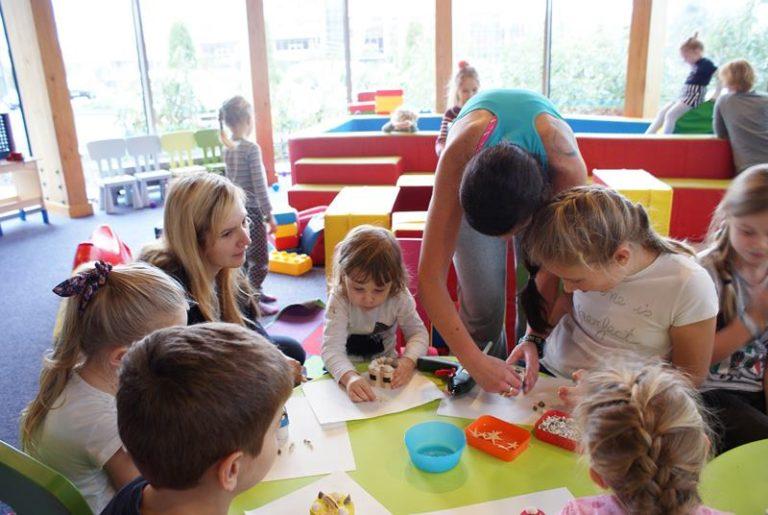 warsztaty plastyczne szkatułki robią dzieci