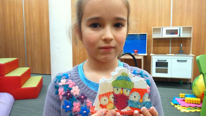 przygotowanie świeczników przez dzieci