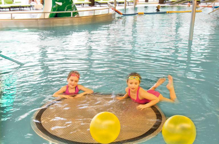 dzieci w hotelowym basenie