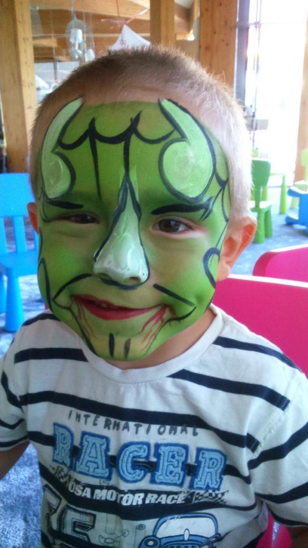 bohater namalowany na twarzy dziecka