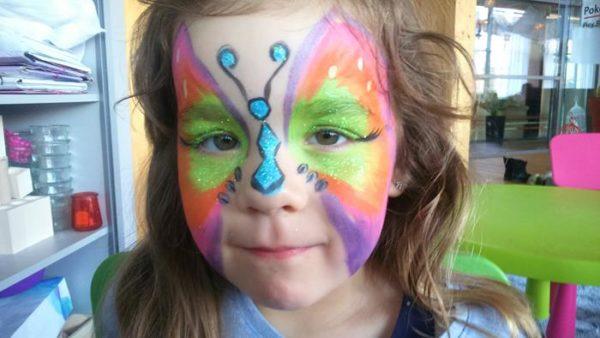 piękny motylek na twarzy dziecka