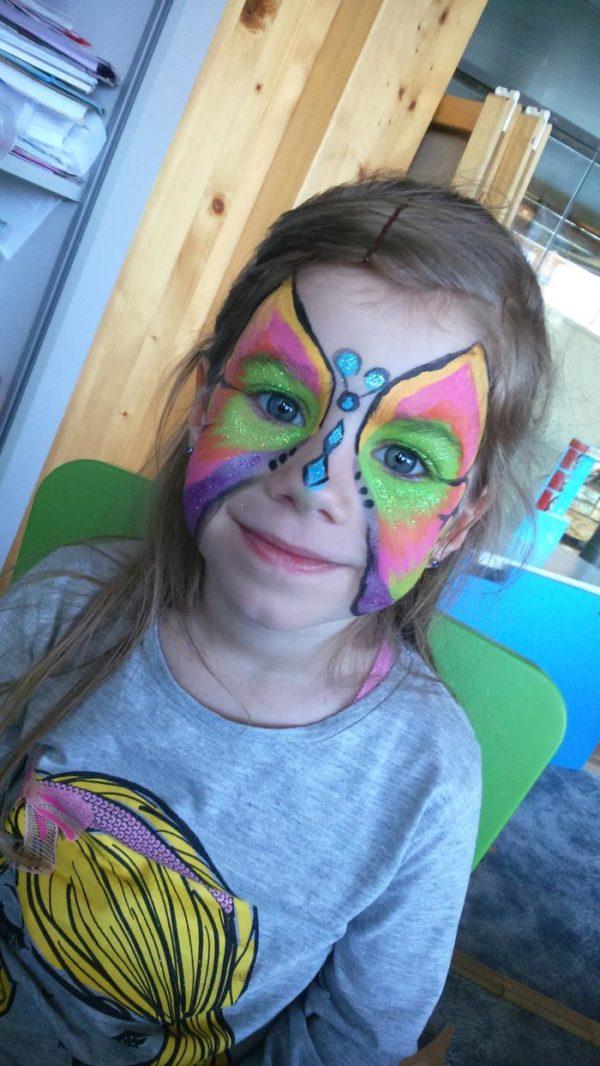 motylek namalowany na buzi dziecka