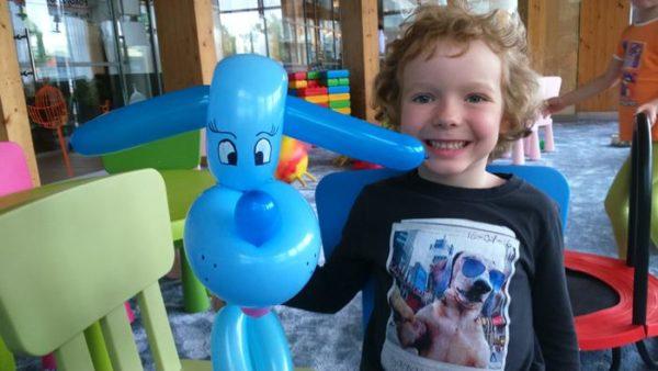 dzieci uczą się robić zwierzęta z balonów