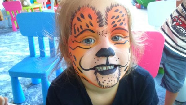 tygrysek namalowany na twarzy dziecka