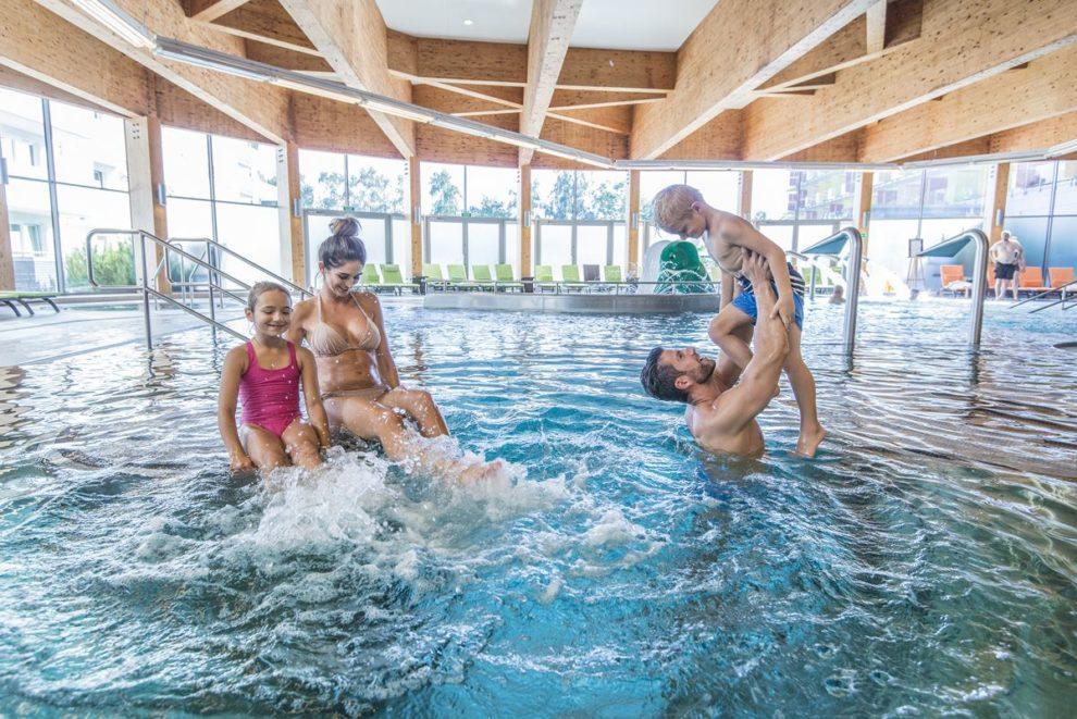 rodzinna zabawa na basenie
