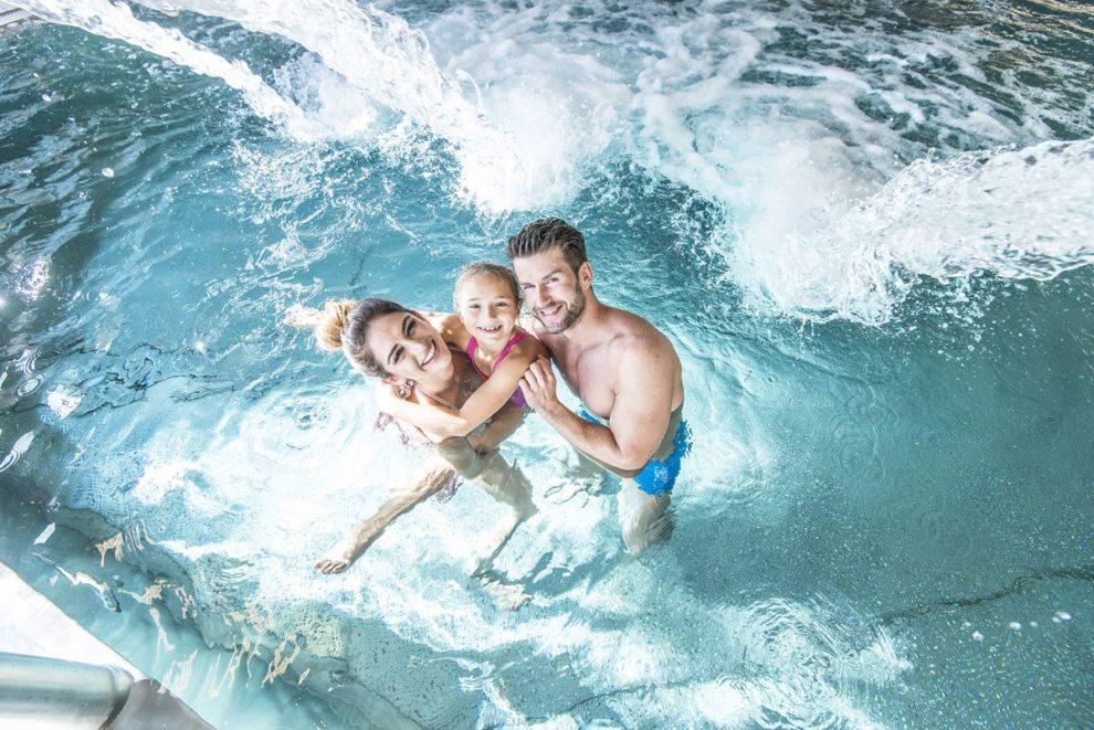 basen rekreacyjny z rodziną