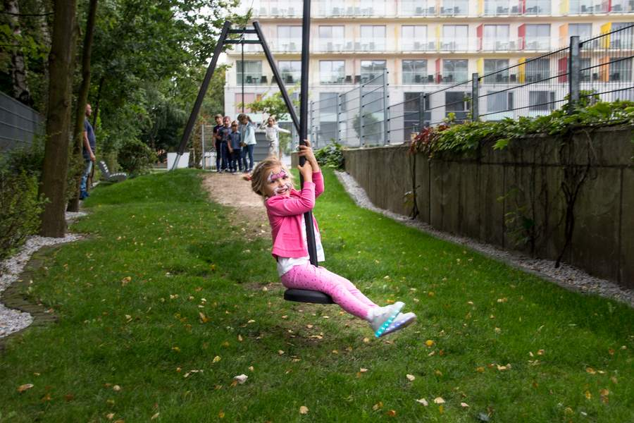 Dziecko na linie w hotelowym ogrodzie