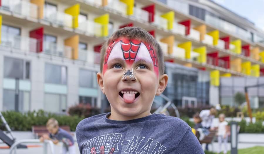 Pomalowana buzia dziecka - spiderman