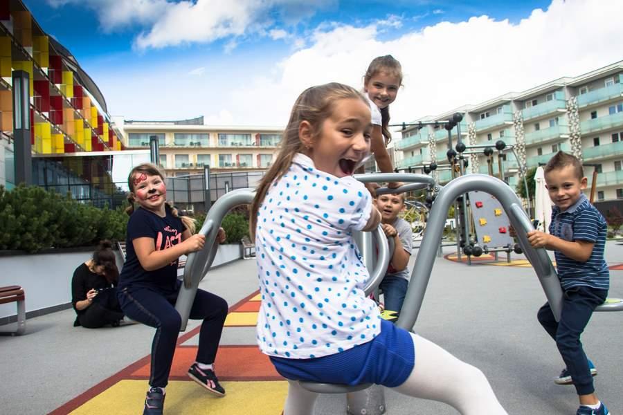Karuzela dla dzieci w hotelowym ogrodzie