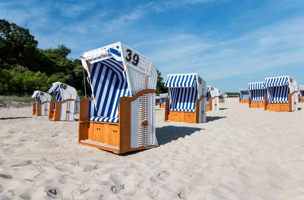 kosze na plaży hotelowej