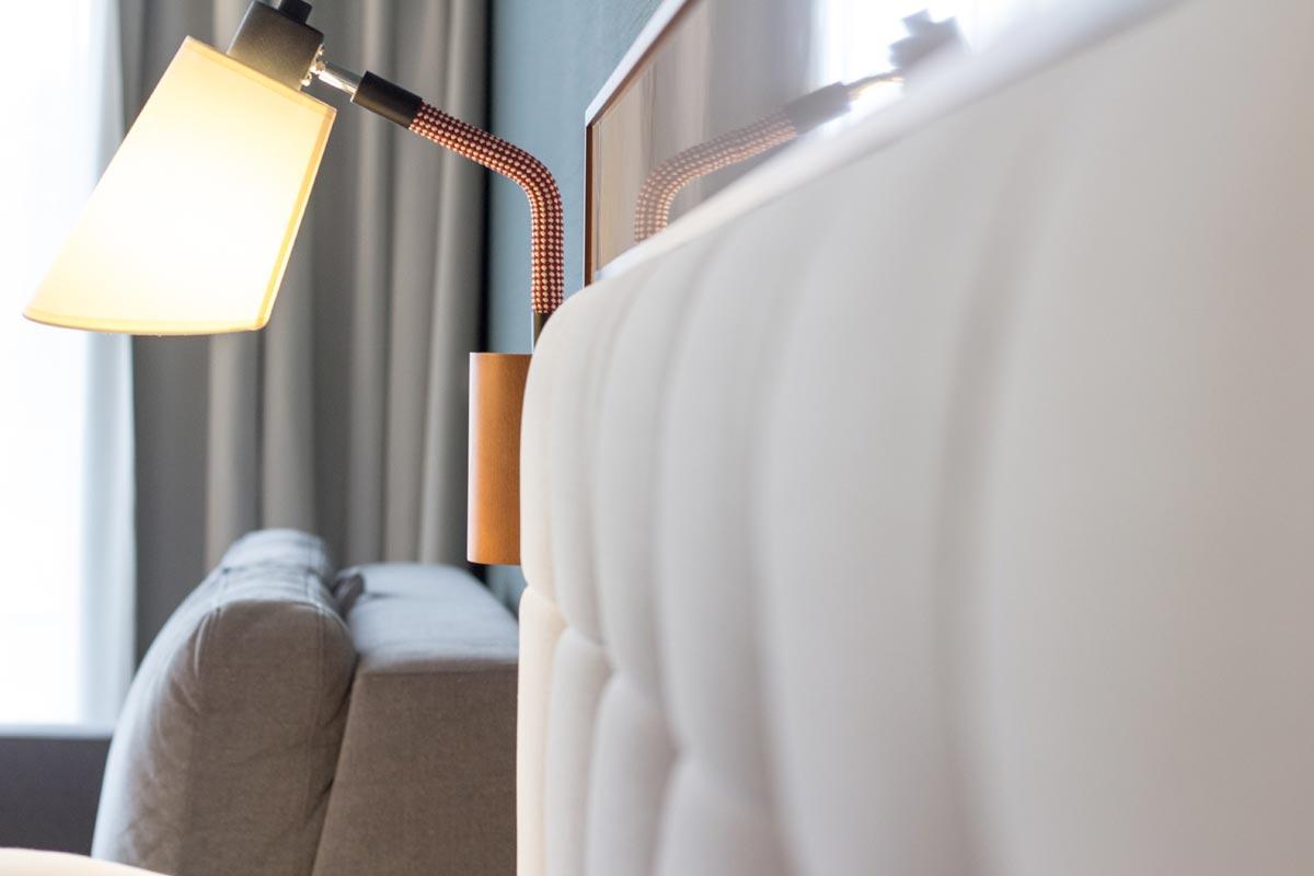 zagłowie łóżka w pokoju hotelowycm
