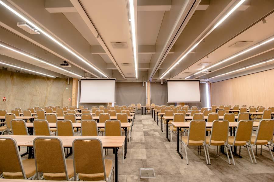 Sala Laguna w ustawieniu szkolnym z tyłu