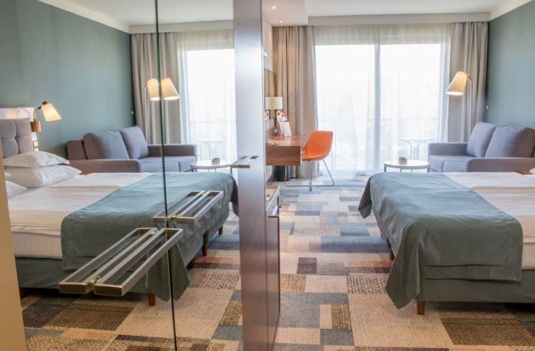 pokój hotelowy odbicie w lustrze
