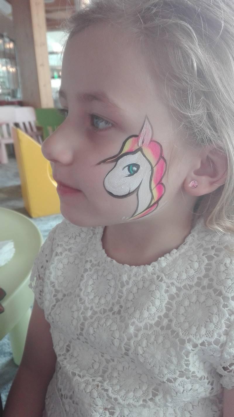 malowanie buzi dziecka w hotelu