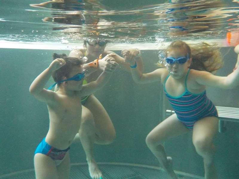zabawa z dziećmi w basenie