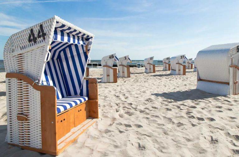 Kosze plażowe i leżaki hotelowe