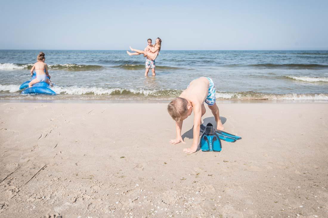rodzinna zabawa na plaży