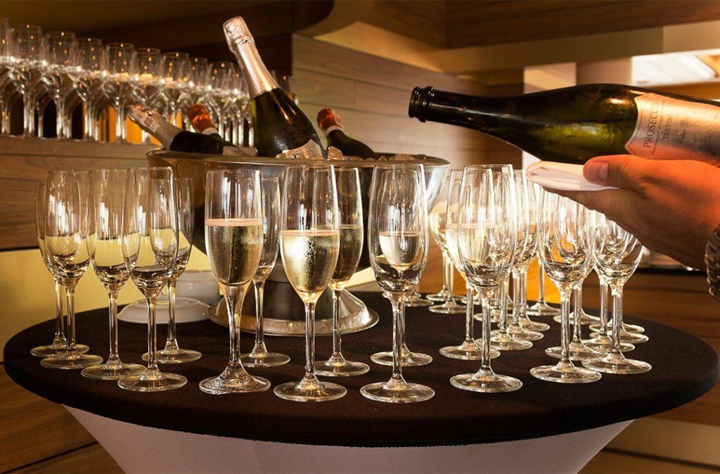 szampan w restauracji do śniadania