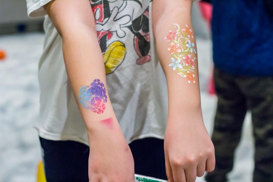 malowanie dłoni podczas zabawy z dziećmi