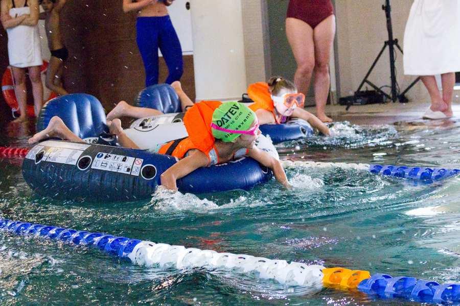 zawody na basenie dla dzieci podczas animacji w hotelu AQUARIUS SPA