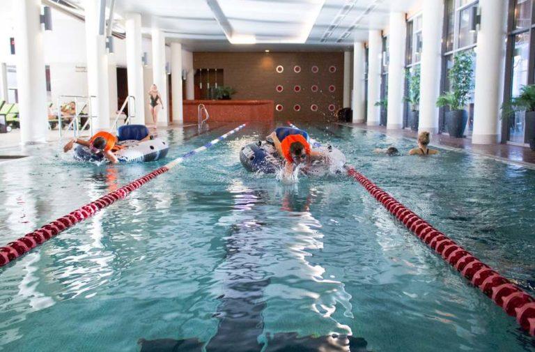 wyścigi pływackie na pontonach z dziećmi w hotelu AQUARIUS SPA