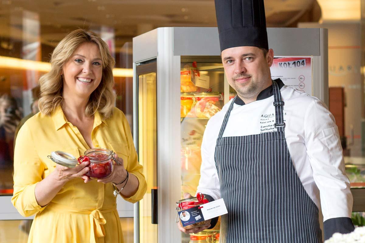 Ewa Wachowicz z szefem kuchni hotelu