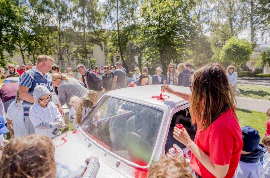 rodziny malują samochody podczas eventu otwarcie lata w hotelu AQUARIUS SPA