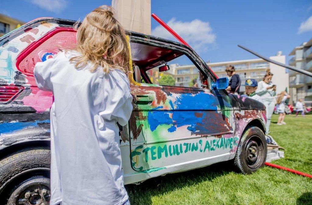 malowanie samochodów przez dzieci podczas rodzinnego otwarcia lata w hotelu AQUARIUS SPA