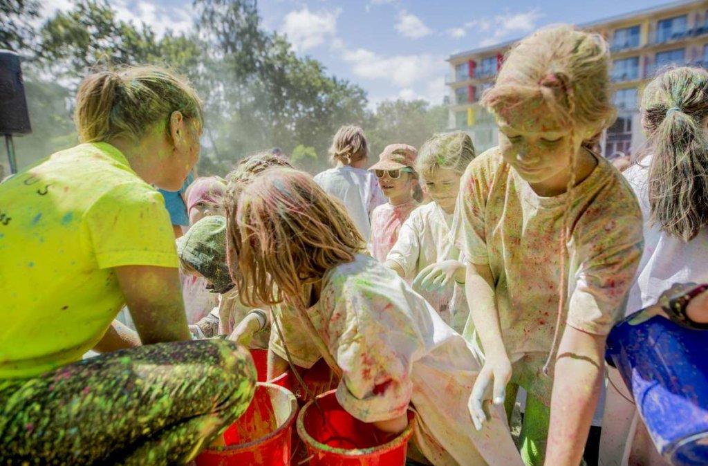 rodzinna zabawa kolorowymi proszkami holi