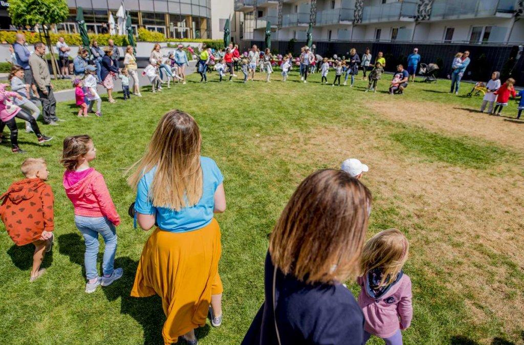 event dla dzieci - tańczymy w hotelowym ogrodzie