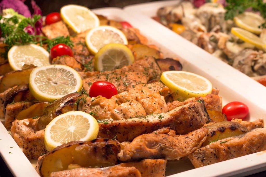 bufet obiadowy w hotelowej restauracji nad morzem