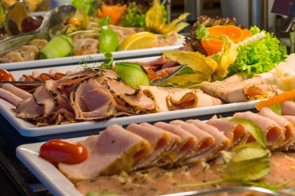 bufety śniadaniowe w hotelowej restauracji w Kołobrzegu