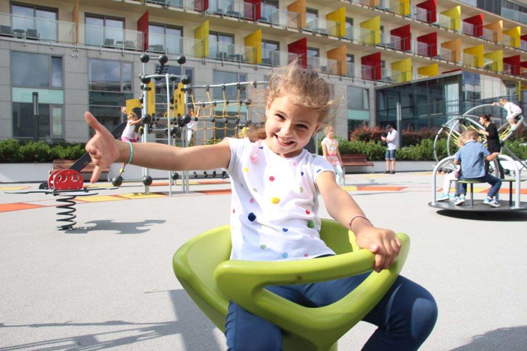 Zewnętrzny plac zabaw w hotelowym ogrozie