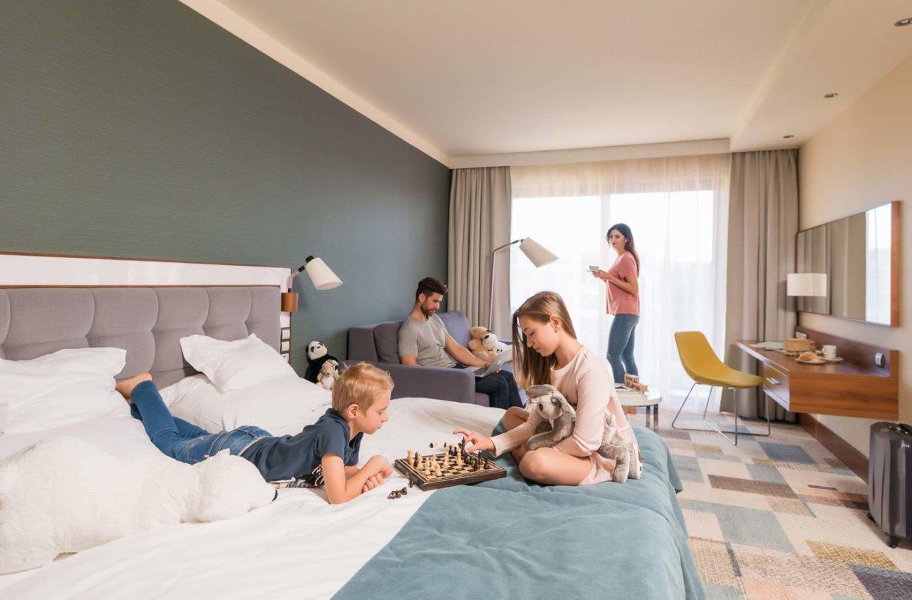 wygodny pokój dla rodzin w hotelu nad morzem