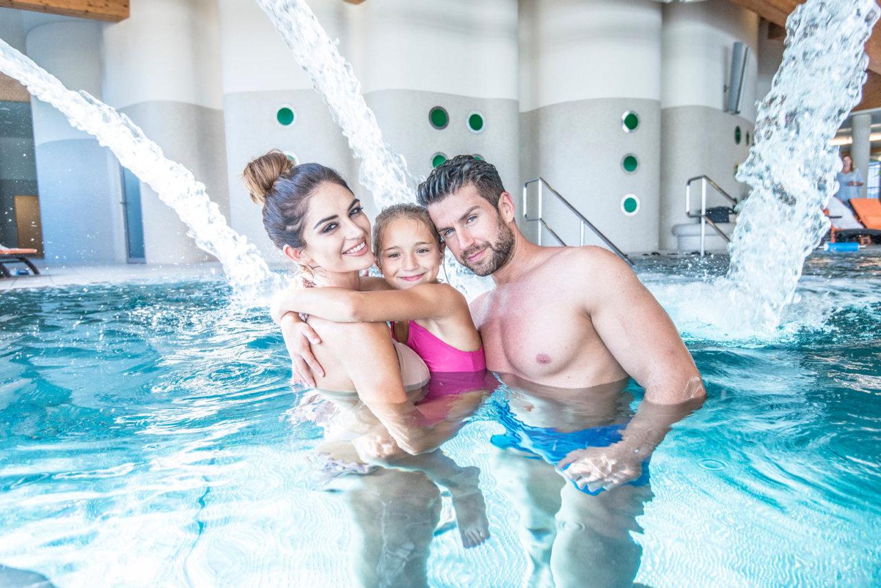duży basen w hotelu