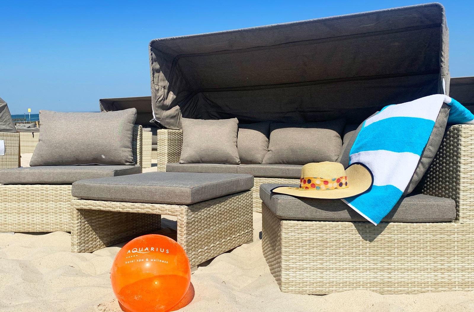 Box wypoczynkowy na plaży przy hotelu AQUARIUS SPA