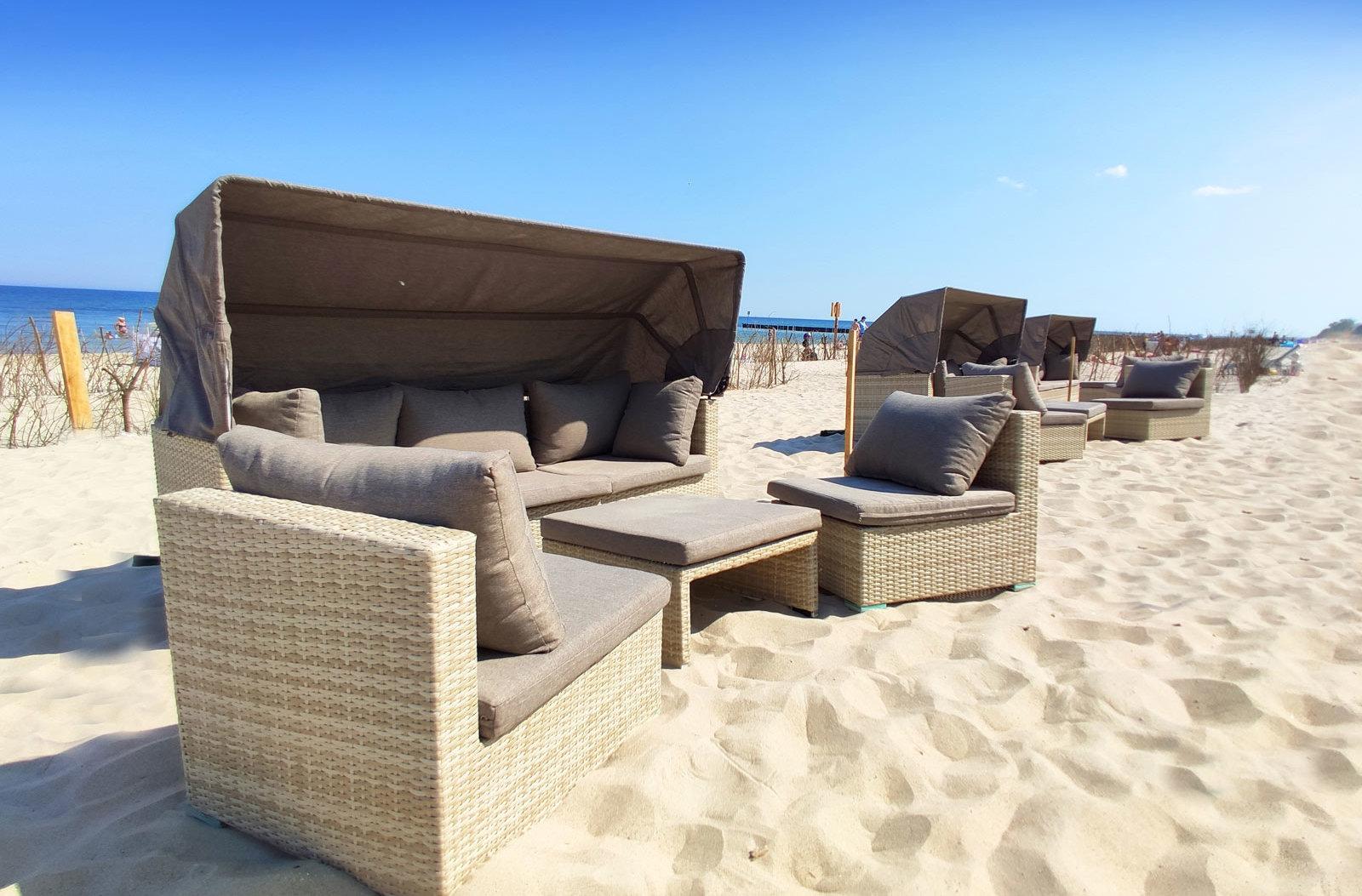 Kosze na plaży przy hotelu AQUARIUS SPA
