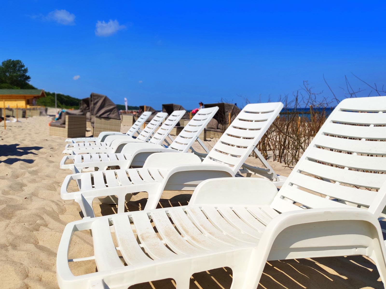 Leżaki na plaży przy hotelu AQUARIUS SPA