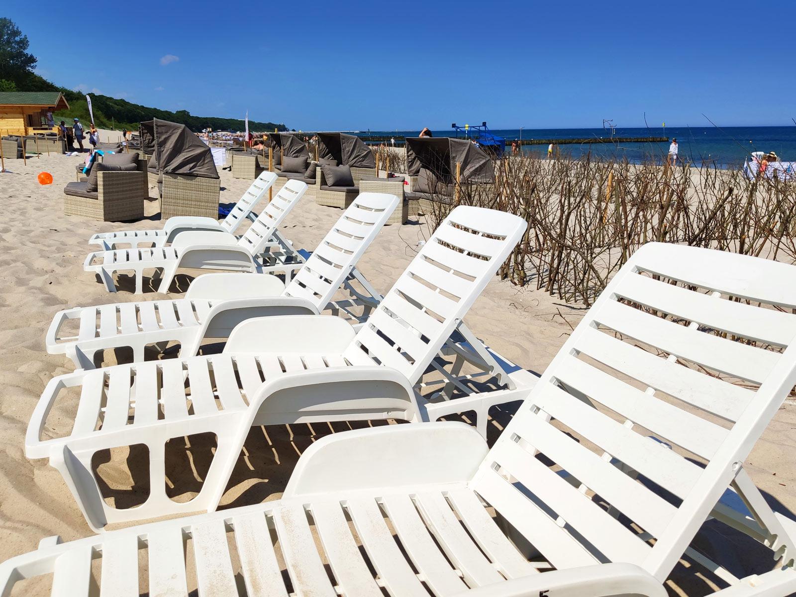 Leżaki na plaży nad morzem